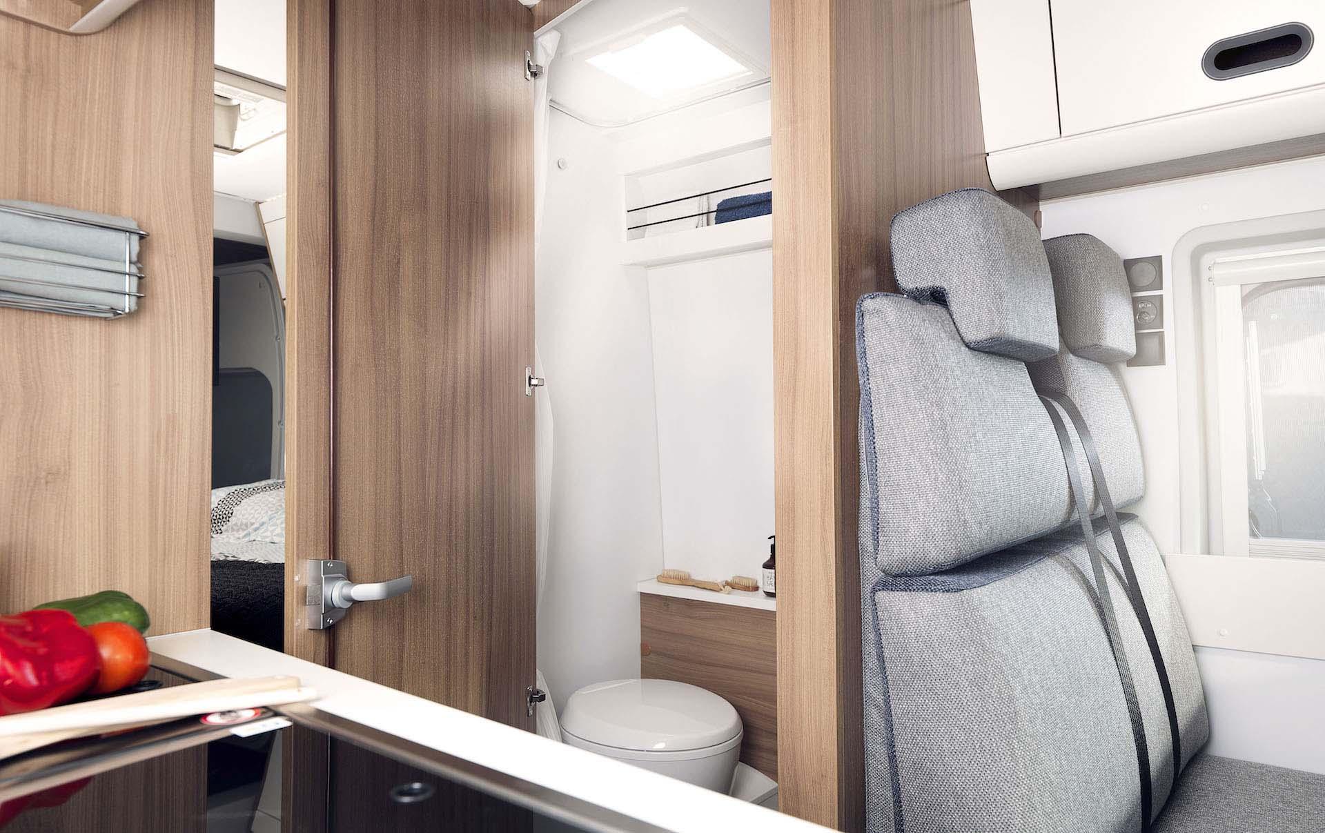 Ansicht Sitzbereich und WC in WOhnmobil
